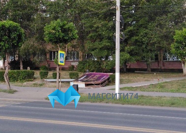 Из-за сильного ветра рядом с тротуаром рухнул рекламный щит