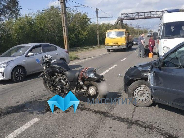 На улице Кирова мотоциклист въехал в легковушку