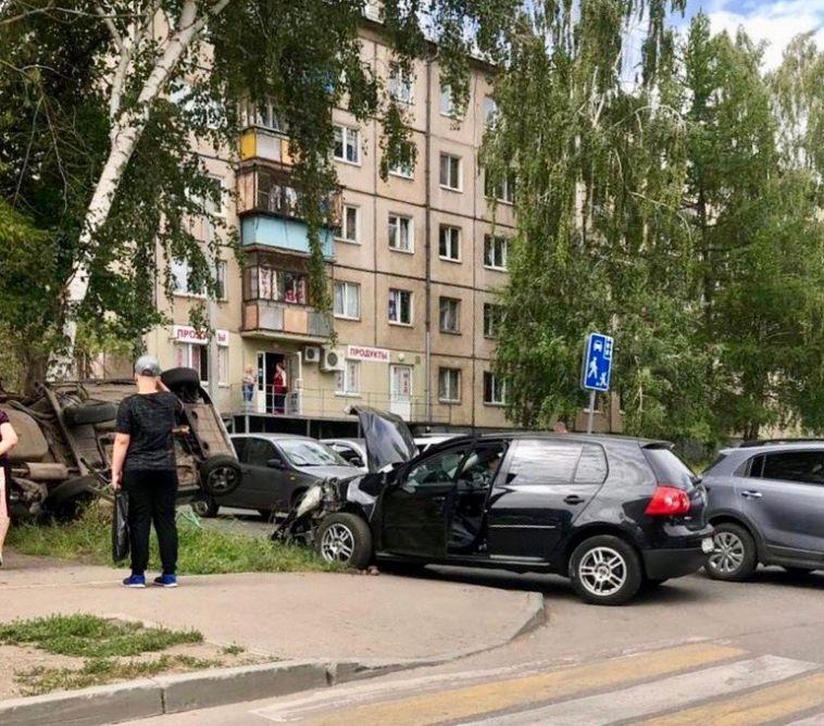 На  Суворова  перевернулся автомобиль