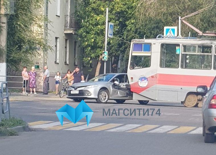 На проспекте Карла Маркса трамвай протаранил иномарку