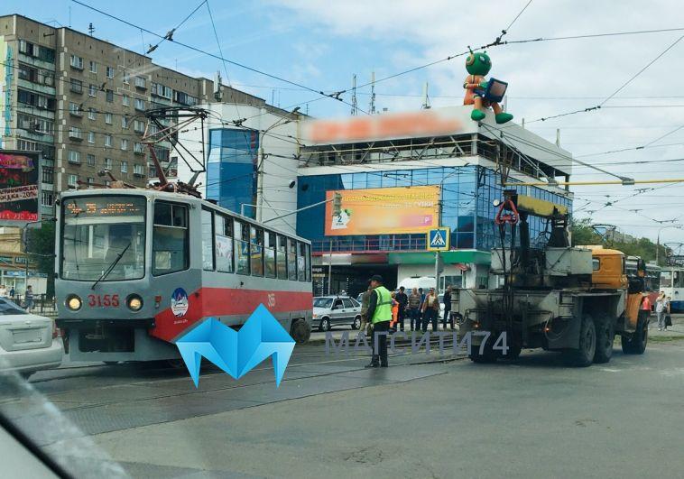 На перекрестке Карла Маркса и Завенягина трамвай сошел с рельсов