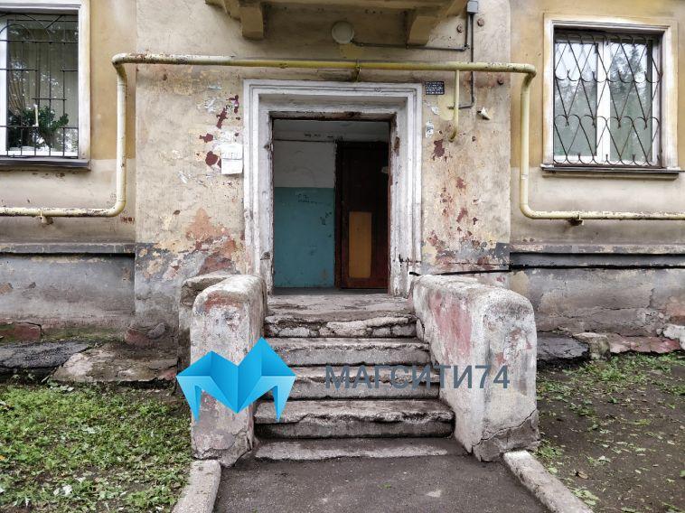 «Чуть неубило женщину»: налевом берегу рухнула подъездная дверь
