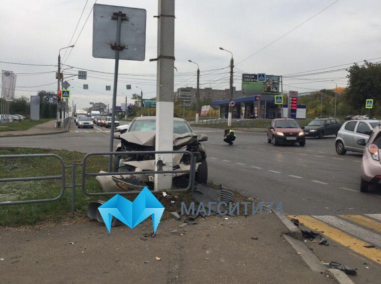 Водитель врезался в столб после встречи с автоледи на перекрестке