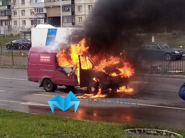 «Водитель и пассажир успели выйти»: в Магнитогорске посреди дороги вспыхнула «газель»