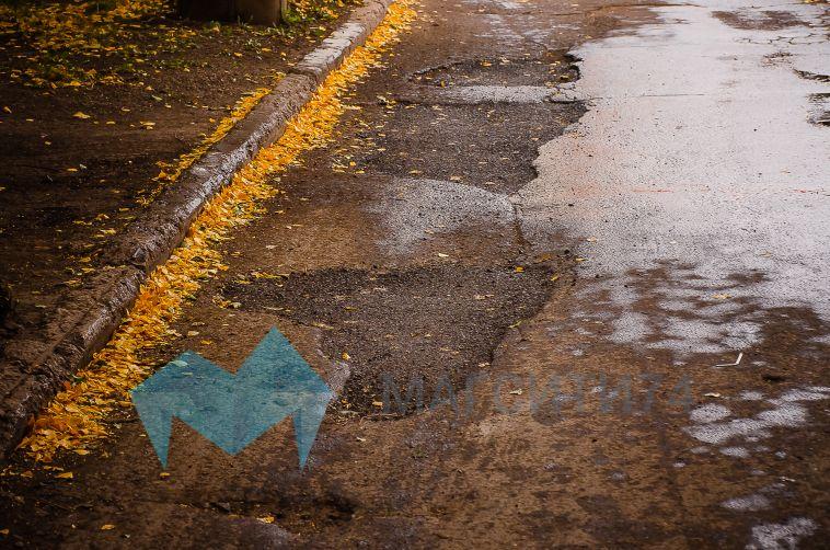 Магнитогорский автолюбитель засыпал ямы на дороге в родном дворе