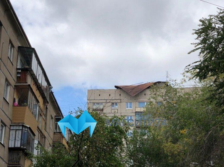«Зачем сразу жалуетесь?»: из-за сорванной ветром крыши затопило несколько квартир