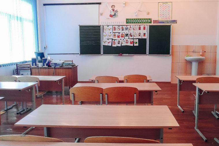Первоклашкам учительница заклеивала рты скотчем