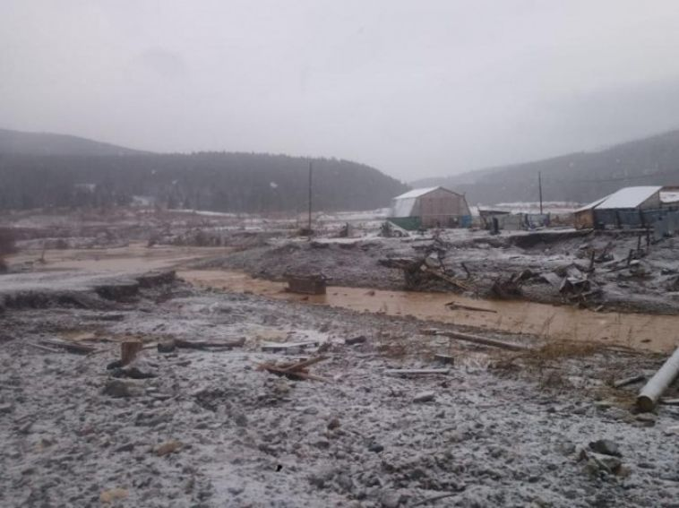 На месте прорванной дамбы в Красноярском крае обнаружили сейф с золотом