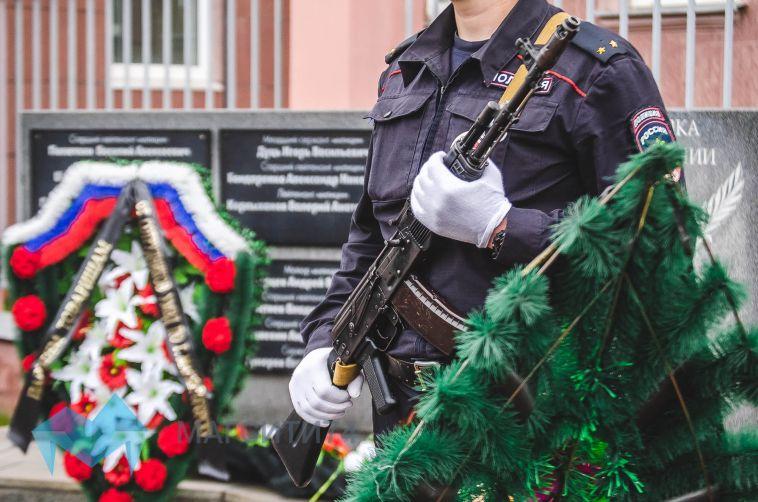 В честь погибших полицейских в Магнитогорске прозвучали оружейные залпы