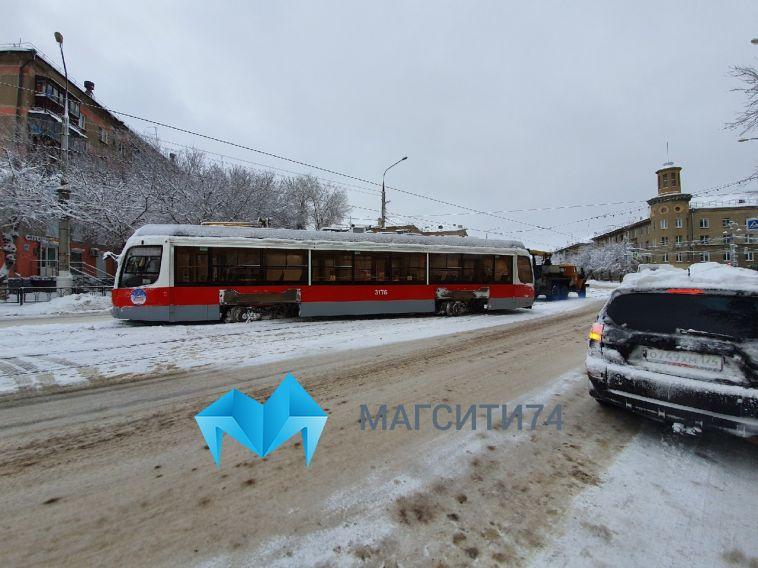 Трамвай сошел с рельсов в центре Магнитогорска