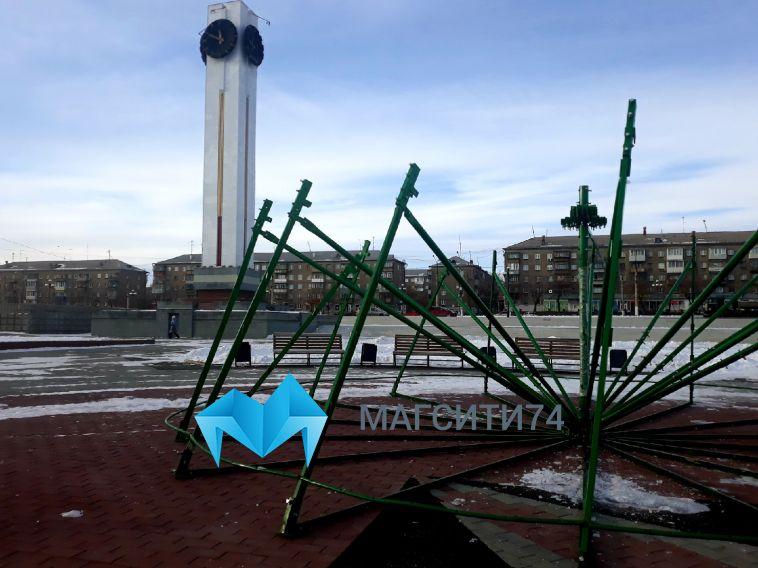 Двадцать метров в высоту: в Магнитогорске начали устанавливать главную городскую елку