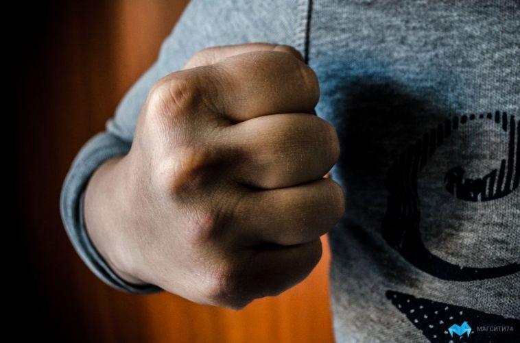 В Магнитогорске подростки жестоко избили школьницу в подъезде