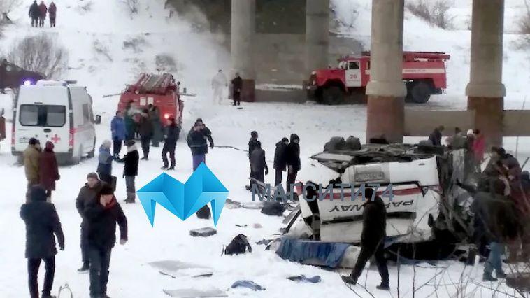 В Забайкалье автобус с пассажирами упал с моста