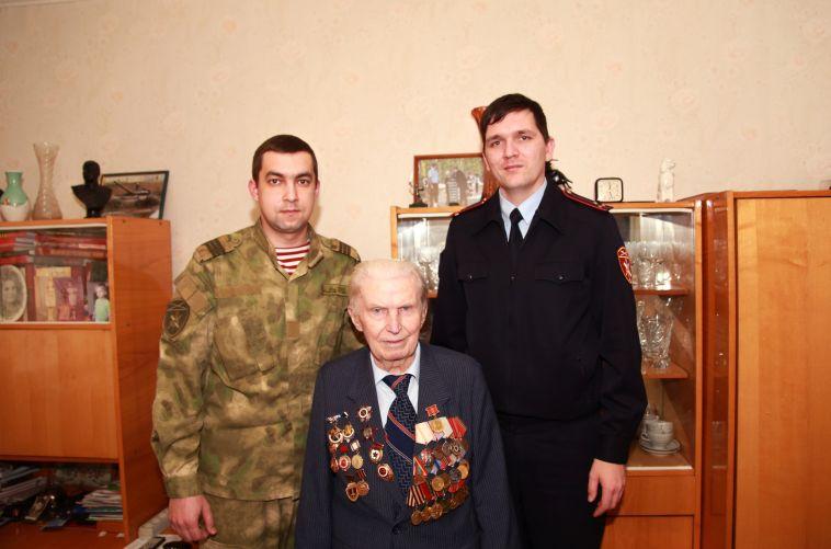 Росгвардейцы навестили последнего из живущих добровольцев Уральского танкового корпуса