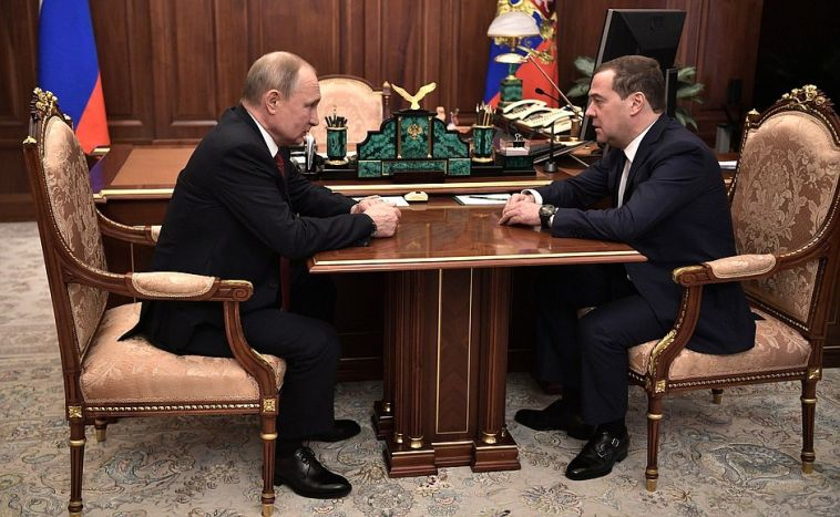 Правительство России в полном составе уходит вотставку