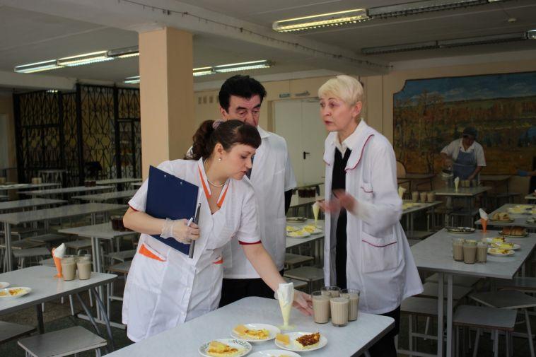 В Магнитогорске проверили школьные столовые после жалоб на остывшую еду