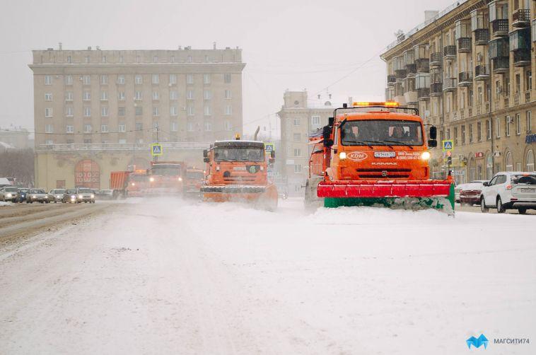Дорожники продолжают устранять последствия снегопада