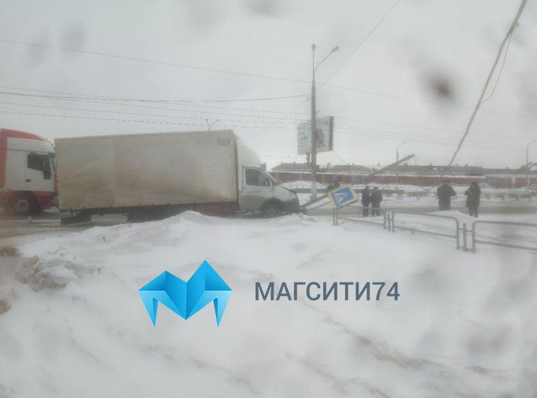 Водитель «Газели» врезался в светофор