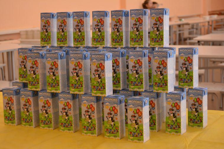 В Магнитогорске школьники начальных классов получили бесплатное молоко