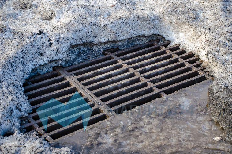 Луж скоро не будет: городские службы очищают ливневки