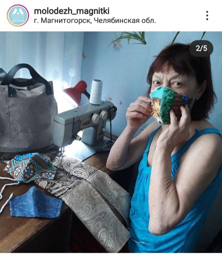Бабушкины руки не знают скуки. Пенсионерки Магнитки сшили маски для соцработников