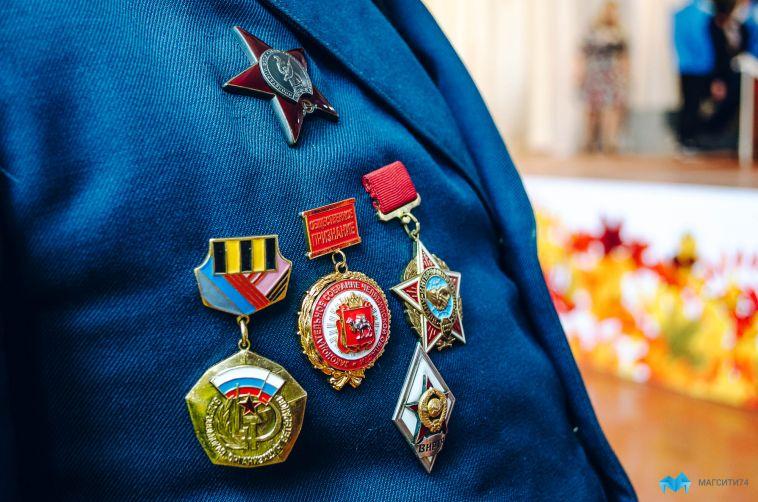 Магнитогорским ветеранам вручают награды на дому