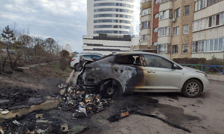 Подожгли мусор, а огонь перекинулся на авто. На Ворошилова сгорел автомобиль