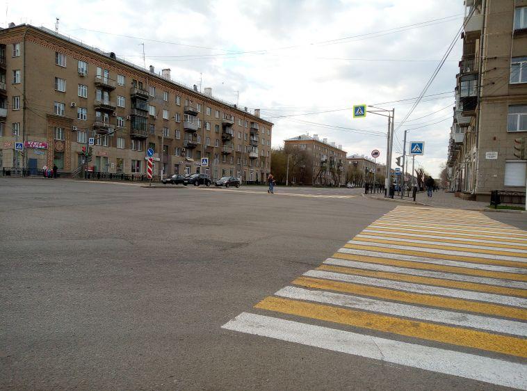 Работают даже в праздник. На проспекте Ленина обновляют дорожную разметку