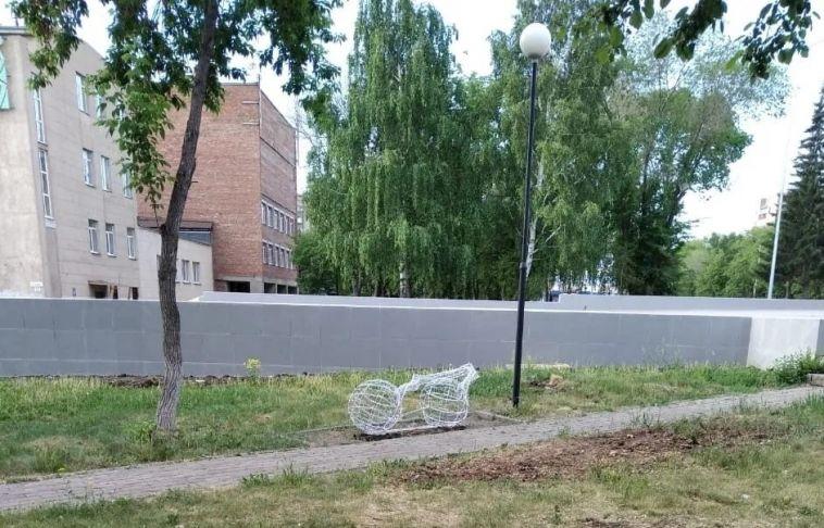 Вандалы сломали арт-объект вКонсерваторском сквере