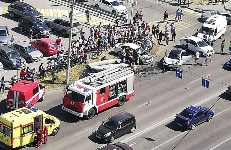 Несколько скорых и машин МЧС: на проспекте Ленина произошло ДТП с шестью пострадавшими
