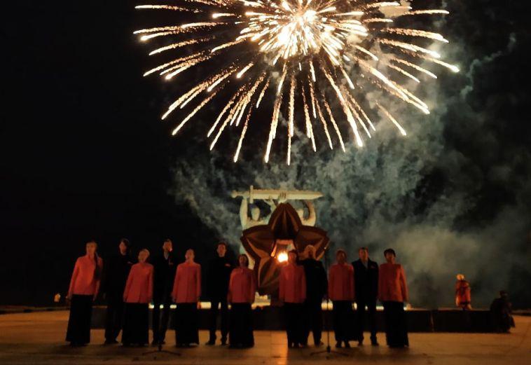 Гимн в исполнении волонтеров, автозаезд и салют в честь нового звания Магнитогорска