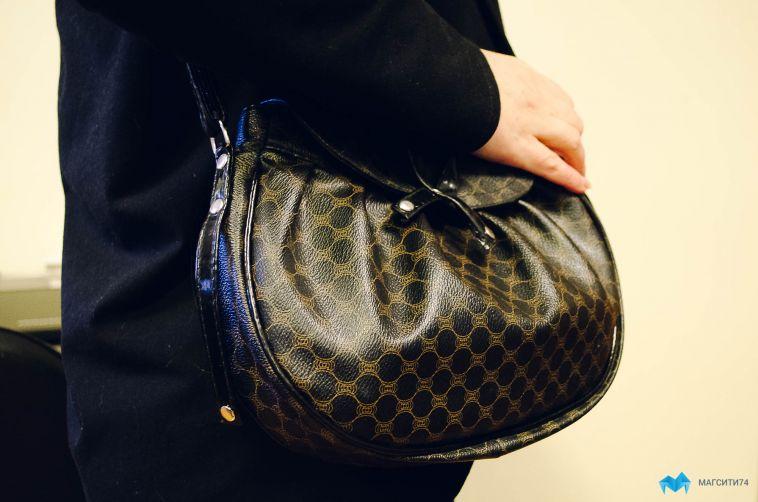 Пенсионерка лишилась телефона, оставив открытую сумку в коридоре поликлиники