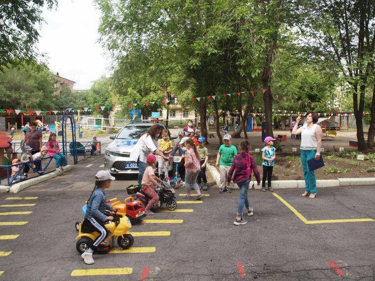 Воспитанники детского сада №68 оказались в стране дорожных знаков