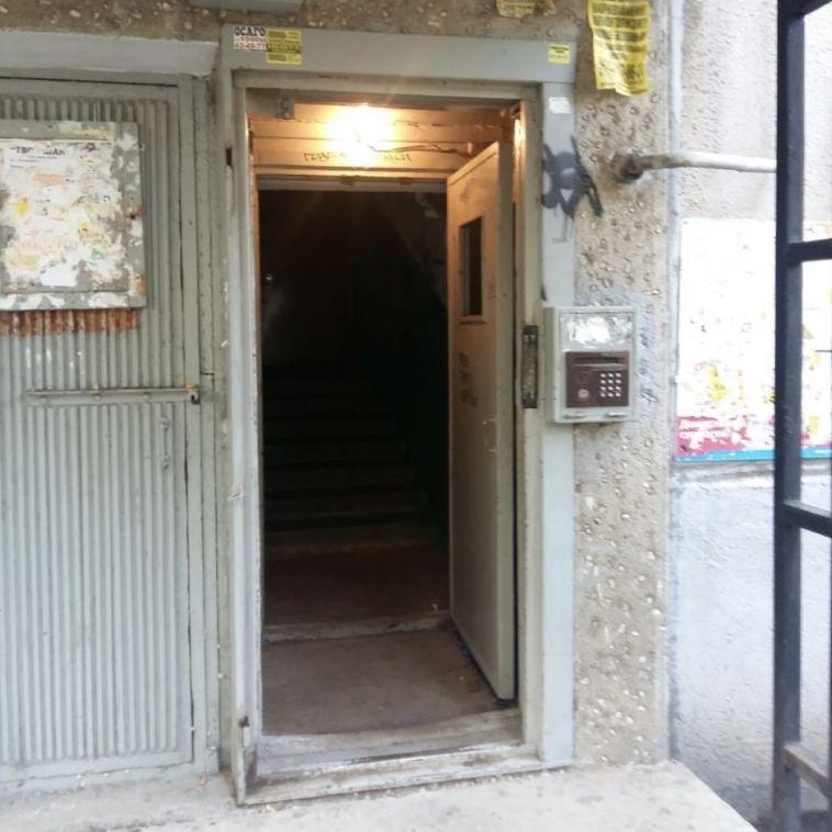 Жители подъезда по улице Галиуллина остались без входной двери