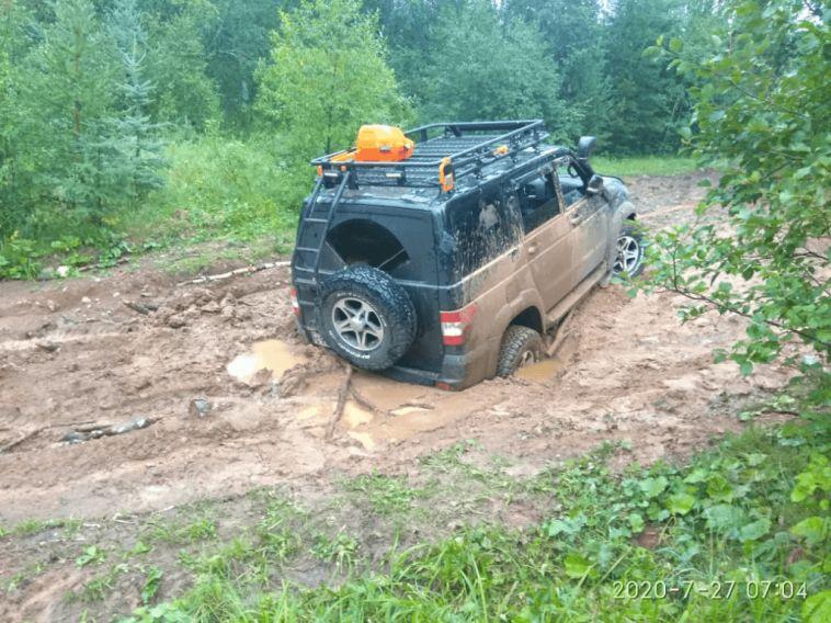 Автомобиль магнитогорских туристов увяз в грязи в башкирском лесу