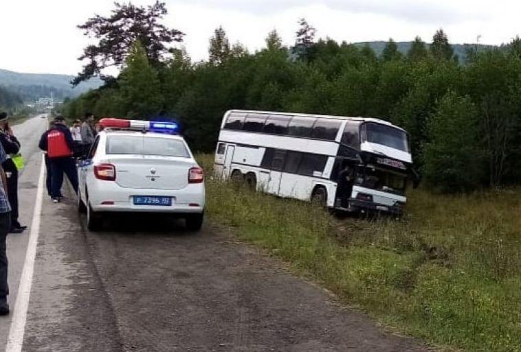 Автобус смагнитогорцами скатился вкювет из-за отказавших тормозов