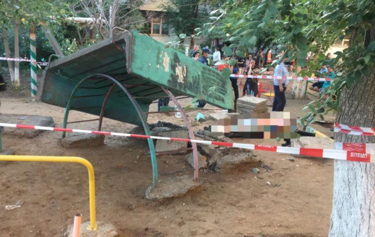 Мальчика насмерть придавило бетонной плитой на детской площадке
