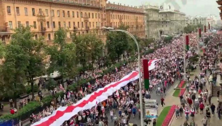 Не менее сотни тысяч протестующих, по данным независимых источников, собралось сейчас в центре Минска