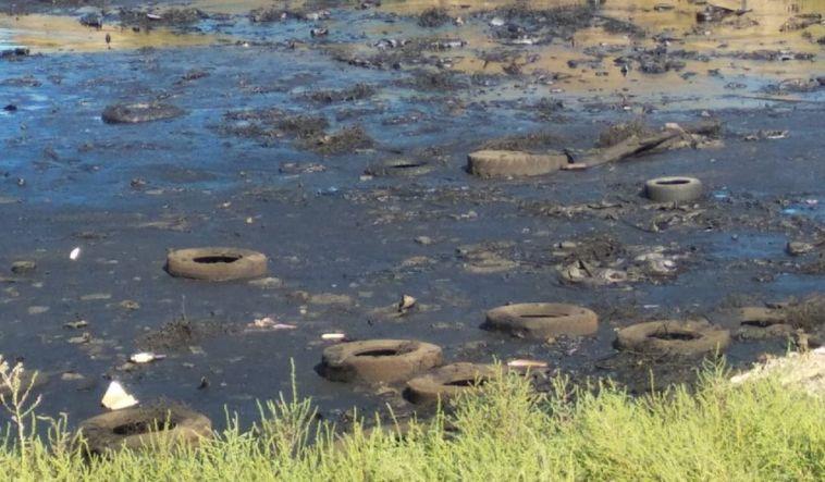 «Свалка имазутное озеро»: жители жалуются наразбросанные отходы наокраине города