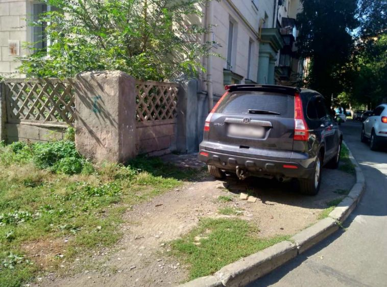 Горожан оштрафовали на 59 тысяч рублей за парковку на газонах
