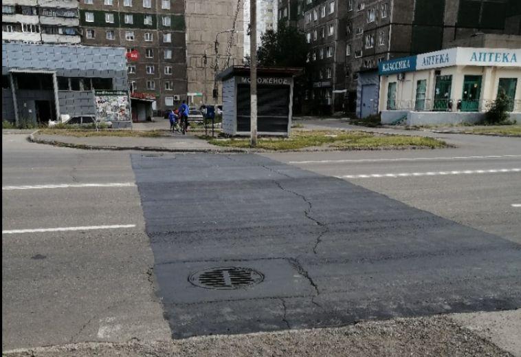 В Магнитогорске еще один пешеходный переход окрасили вчерный