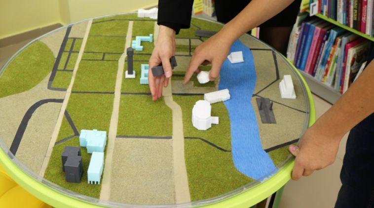 В детской библиотеке №6 появилась тактильная карта Магнитогорска