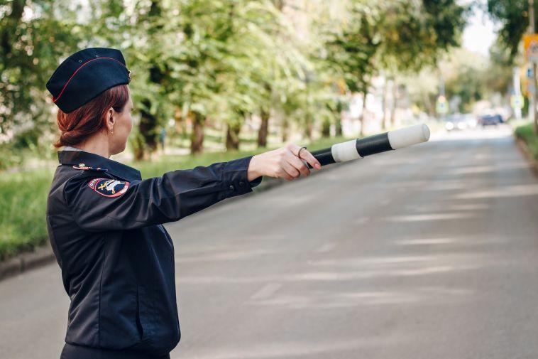 Инспекторы ГИБДД остановили водителя междугороднего такси без прав