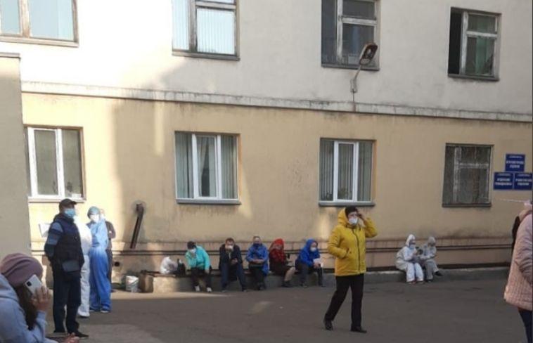 «Больные люди стоят наулице имучаются»: жители города жалуются наочереди к аппаратуКТ