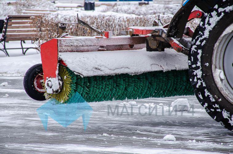 На дороги Магнитогорска вышла снегоуборочная техника