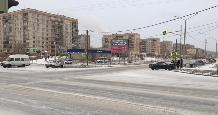 В Магнитогорске во время ДТП из машины выпала автоледи