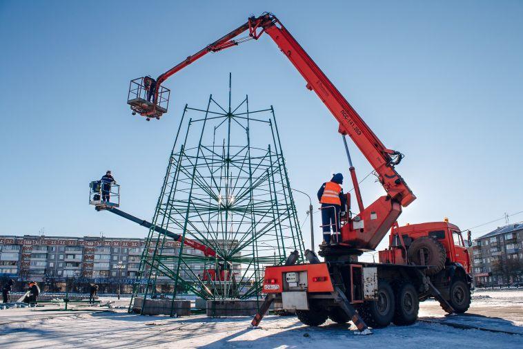 В Магнитогорске начали устанавливать елку на главной площади города