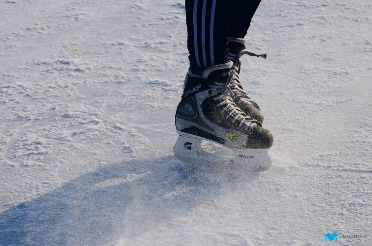 Надевайте коньки. В Магнитогорске приступили к заливке хоккейных коробок во дворах