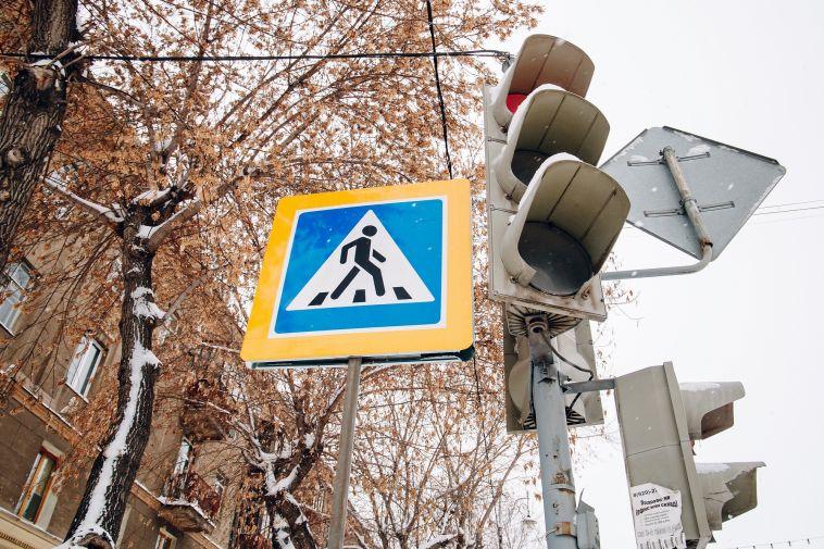 ВМагнитогорске водитель проехал назеленый сигнал светофора исбил пешехода