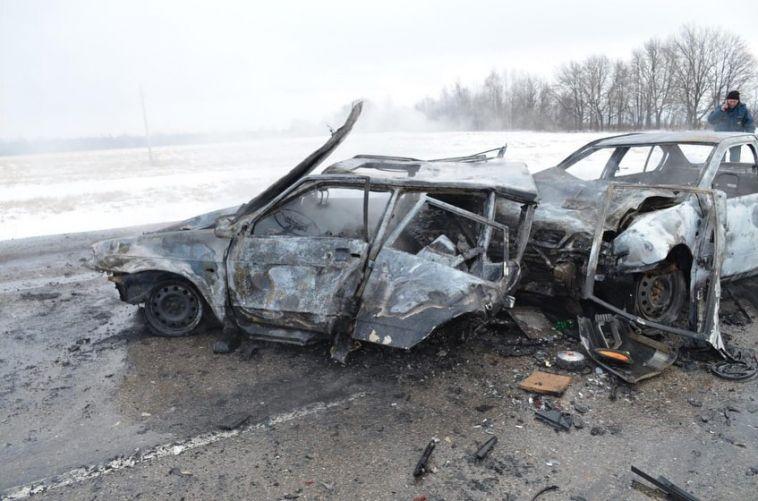 В Башкирии дотла сгорели два авто после лобового столкновения